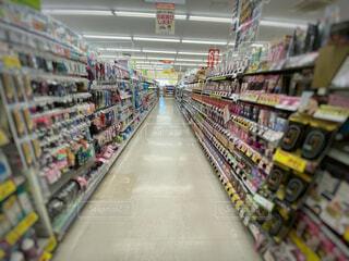 ドラッグストアのヘアケア商品が並ぶ棚の写真・画像素材[4772082]
