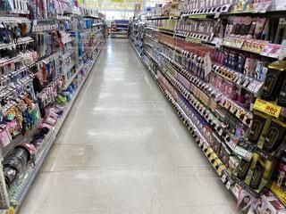 ドラッグストアのヘアケア商品が並ぶ棚の写真・画像素材[4772074]