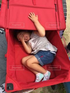 アウトドアワゴンの中に隠れる女の子の写真・画像素材[1491173]