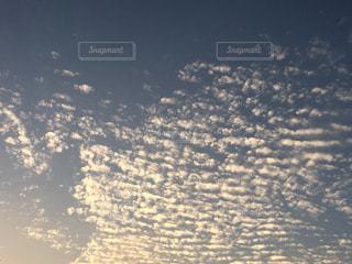 水の体に沈む夕日の写真・画像素材[1518057]