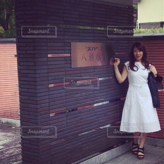建物の前に立っている女の子の写真・画像素材[1473377]