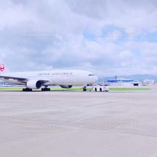 空港で駐機場に座っている大規模な商業飛行機の写真・画像素材[1475476]