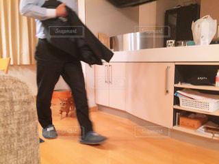 部屋に立っている人の写真・画像素材[1478541]