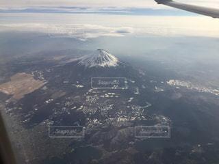 煙る山頂の雪の上を飛ぶ飛行機のビューの写真・画像素材[1478865]
