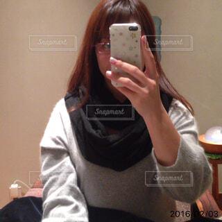 カメラにポーズ鏡の前に立っている女性の写真・画像素材[1479328]