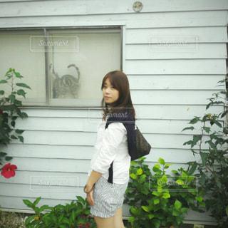 携帯電話で話している建物の前に立っている女性の写真・画像素材[1482305]