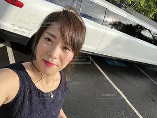 車の中、selfie を取る女性の写真・画像素材[1601505]