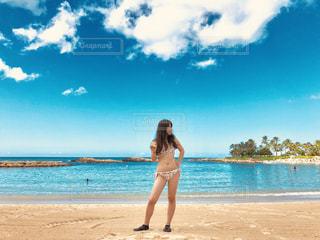 ビーチでフリスビーを投げる人の写真・画像素材[1601507]