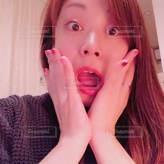 近くに彼女の歯を磨く女性のアップの写真・画像素材[1670938]