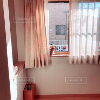ウィンドウの横に座っている白い浴槽の写真・画像素材[1677944]