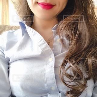 白いシャツを着ている女性の写真・画像素材[1681674]