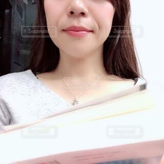 白いシャツの女の写真・画像素材[1684935]