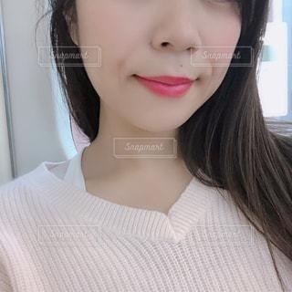 白いシャツの女の写真・画像素材[1691048]