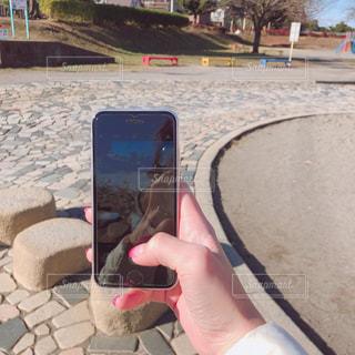携帯電話を持つ手の写真・画像素材[1693077]