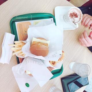 テーブルの上に食べ物のトレイの写真・画像素材[1693081]