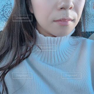 黒い髪と白いシャツを着ている人の写真・画像素材[1703763]