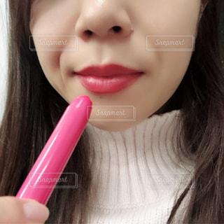 彼女の口に歯ブラシで彼女の歯を磨く女性の写真・画像素材[1736082]