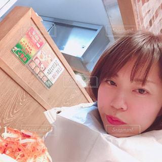 ピザを食べるテーブルに着席した人の写真・画像素材[1881556]
