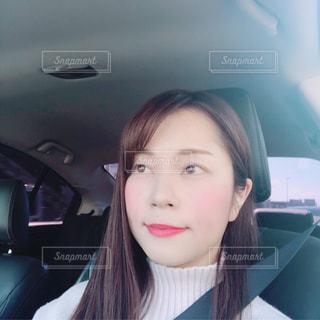 車の中、selfie を取る女性の写真・画像素材[1885297]