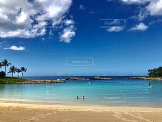 水の体の横にある砂浜のビーチの写真・画像素材[1885332]