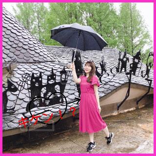 カラフルな傘を持っている人の写真・画像素材[2086853]