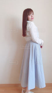 白いドレスを着ている人の写真・画像素材[2103213]