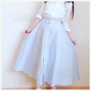 白いドレスを着ている人の写真・画像素材[2103214]