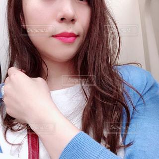 自分撮りを取っている女性の写真・画像素材[2181237]