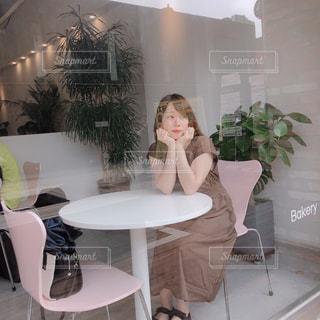 部屋のテーブルに座っている人の写真・画像素材[2308379]