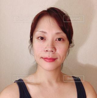 カメラに向かって微笑んでいる女性の写真・画像素材[2448021]