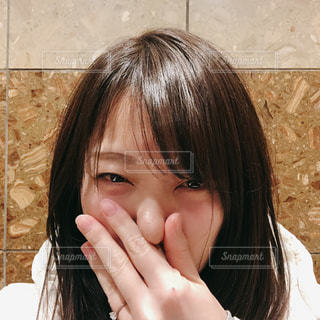 携帯電話で話している女性の写真・画像素材[2926009]