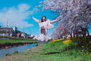 草の中に立っている人の写真・画像素材[3067855]