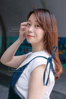 青いシャツを着た女性の写真・画像素材[3265575]