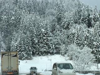 雪道を荷物を運ぶトラックの写真・画像素材[1673718]