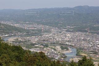 背景に都市がある大きな水域の写真・画像素材[3092866]