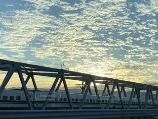 夕焼けと新幹線の写真・画像素材[1522324]