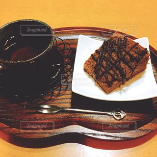 お茶とチョコレートシフォンケーキの写真・画像素材[1479859]