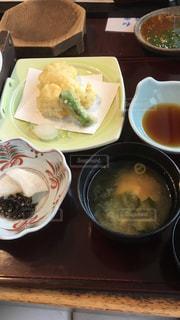 テーブルの上に食べ物のボウルの写真・画像素材[1474306]