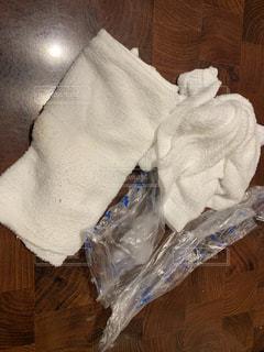 テーブルの上に座っているバッグの写真・画像素材[1776583]