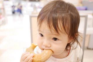 ドーナツ食べる女の子の写真・画像素材[1477680]