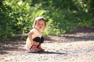 地面にしゃがむ女の子の写真・画像素材[1484610]
