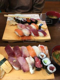 木製まな板の上寿司の写真・画像素材[1478609]