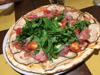 生ハムとフレッシュ野菜のピザの写真・画像素材[1497283]