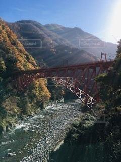朝日を浴びる黒部渓谷鉄道の新山彦橋の写真・画像素材[3524451]