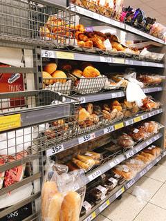 ロンドンのスーパーのパン売り場の写真・画像素材[1477516]