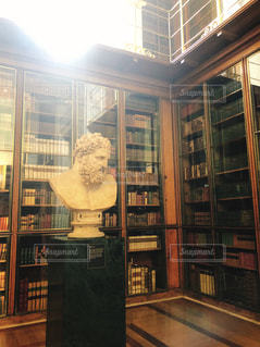 本棚のある部屋の写真・画像素材[1510309]
