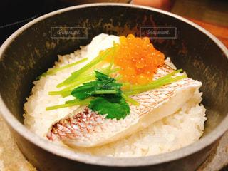 白身魚とイクラの釜めしの写真・画像素材[1510417]