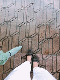 雨に降られた女性の足元の写真・画像素材[2282825]