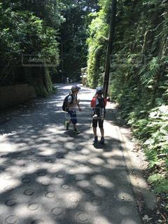 未舗装の道路を自転車に乗る男の写真・画像素材[1476068]