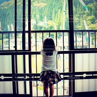 景色を眺める女の子の写真・画像素材[1476398]